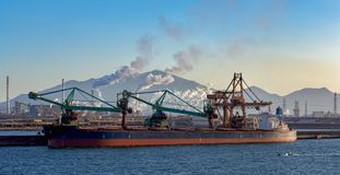 Scaricatore continuo speciale del carbone della nave immagini stock