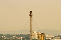 Scarichi l'industria della raffineria di petrolio della pila nel paese Fotografie Stock Libere da Diritti