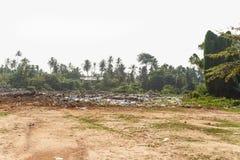scarichi, materiale di riporto il mezzo della giungla Fotografie Stock Libere da Diritti