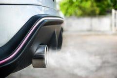 Scarico dall'automobile, fumo da un'automobile producendo inquinamento Immagini Stock