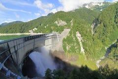Scarico dalla diga di Kurobe immagine stock