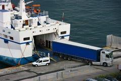 Scarico del carico dalla nave Fotografie Stock Libere da Diritti