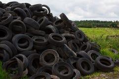 Scarico del pneumatico degli agricoltori nella campagna Fotografia Stock Libera da Diritti