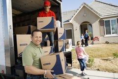 Scarico della consegna Van In Front Of House Fotografie Stock