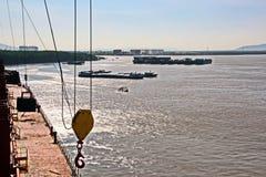 Scarico della nave nel porto di Saigon, il Vietnam, il Mekong Viste degli ancoraggi, delle sponde del fiume e delle navi, rimorch fotografie stock