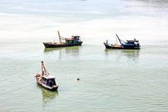 Scarico della nave nel porto di Saigon, il Vietnam, il Mekong Viste degli ancoraggi, delle sponde del fiume e delle navi, rimorch fotografie stock libere da diritti