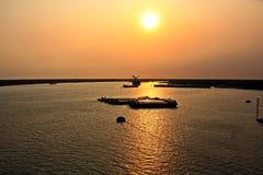 Scarico della nave nel porto di Saigon, il Vietnam, il Mekong Viste degli ancoraggi, delle sponde del fiume e delle navi, rimorch fotografia stock libera da diritti