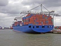 Scarico della nave porta-container Fotografia Stock Libera da Diritti