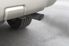 Scarico delle emissioni dell'automobile Fotografie Stock Libere da Diritti