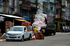 Scarico delle merci dalla raccolta del camion alla via Pattani Tailandia del bazar del mercato Fotografia Stock