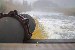 Scarico dello scolo dell'acqua in insenatura Fotografia Stock Libera da Diritti