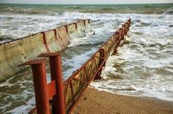 Scarico di acqua di scarico industriale sporca nel mare Avvelenamento dell'area di ricreazione dalla diffusione della malattia, d immagine stock