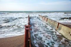 Scarico di acqua di scarico industriale sporca nel mare Avvelenamento dell'area di ricreazione dalla diffusione della malattia, d fotografia stock libera da diritti