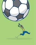 Scaried-Mann, der von fallendem Fußball entgeht Stockfoto