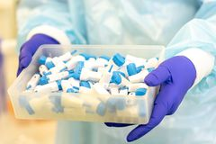 Scarificatori per analisi del sangue nelle mani di un assistente di laboratorio immagini stock