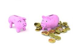 Scarno contro La Banca Piggy grassa Immagini Stock