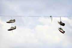 Scarpa che lancia sul cavo elettrico Fotografia Stock