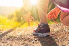 Scarpa da corsa di usura di donna sopra alla camminata e ad correre fotografia stock