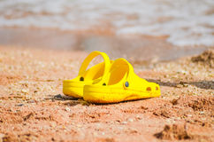 Scarpa da tennis gialla luminosa Immagine Stock