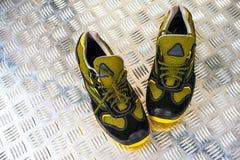 Scarpa da tennis moderna Unbranded nella palestra Nero-giallo Pattini comodi immagine stock libera da diritti
