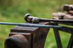 Scarpa del cavallo che è elaborata dal fabbro/maniscalco Fotografia Stock