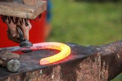 Scarpa del cavallo che è elaborata dal fabbro/maniscalco Fotografie Stock Libere da Diritti