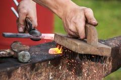 Scarpa del cavallo che è elaborata dal fabbro/maniscalco Immagini Stock Libere da Diritti