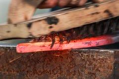 Scarpa del cavallo che è elaborata dal fabbro/maniscalco Immagine Stock