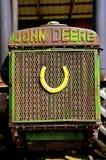 Scarpa del cavallo su una griglia di vecchio trattore di John Deere fotografia stock libera da diritti