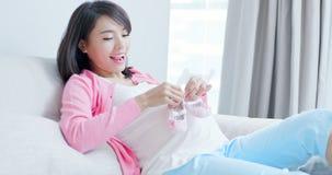 Scarpa di bambino della tenuta della donna incinta fotografia stock libera da diritti