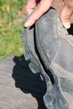 Scarpa di trekking tagliata dopo uso intensivo Fotografie Stock Libere da Diritti