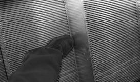 Scarpa elegante nera per gli uomini sulle scale mobili di grande centro commerciale Fotografia Stock Libera da Diritti