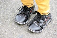 Scarpa nera di un bambino Immagini Stock