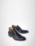 scarpa o le scarpe nere degli uomini di colore su un fondo Immagini Stock