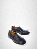 scarpa o le scarpe nere degli uomini di colore su un fondo Fotografia Stock