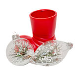 Scarpa rossa di Santa con gli ornamenti di natale, i globi con neve ed il pino, fine su, isolato Immagini Stock Libere da Diritti