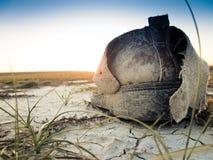 Scarpa sola sul terreno incolto sterile Fotografia Stock