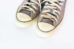 Scarpa sporca sul fondo bianco dell'isolato, fine sulla scarpa, scarpe blu sporche sui precedenti bianchi, scarpe blu della tela, Fotografia Stock
