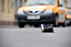 Scarpa sulla via con le automobili nel fondo dopo l'incidente Fotografie Stock Libere da Diritti