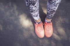Scarpe al neon sull'asfalto Immagine Stock