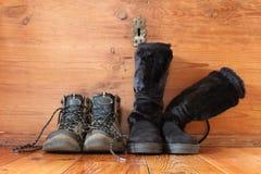 Scarpe all'aperto per la donna e gli uomini Fotografia Stock Libera da Diritti