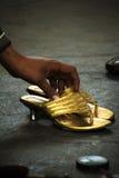 Scarpe all'ingresso in India, Mumbai, India Fotografie Stock