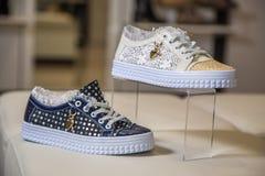 Scarpe alla moda con i cristalli di rocca, le scarpe delle donne Fotografia Stock