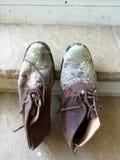 Scarpe ammuffite dagli uomini Fotografia Stock Libera da Diritti