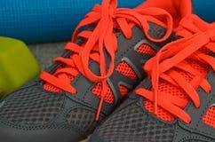 Scarpe arancio e grige luminose di sport Fotografie Stock Libere da Diritti