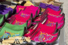 Scarpe asiatiche tradizionali fatte di feltro multicolore con il filo colorato ricamato dell'ornamento nazionale immagine stock