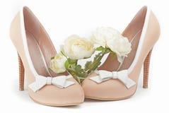 Scarpe beige con i fiori bianchi Fotografia Stock Libera da Diritti