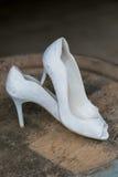 Scarpe bianche del tacco alto di nozze Immagine Stock Libera da Diritti