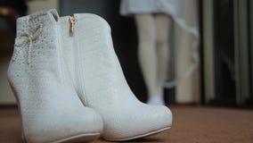 Scarpe bianche della damigella d'onore stock footage