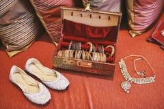 Scarpe bianche della pompa e scatola rossa di braccialetti e collana dei braccialetti Fotografia Stock Libera da Diritti